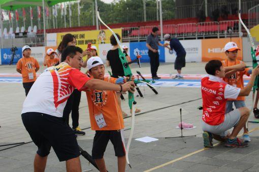 7일 올림픽공원에서 개최된 '코오롱 꿈나무 양궁교실'에서 코오롱 양궁팀 선수들이 학생들을 지도하고 있다.