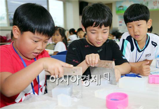 7일 함평군 보건소에서 열린 여름 건강교실에서 아이들이 천연비누를 만들며 손씻기의 중요성을 배우고 있다.