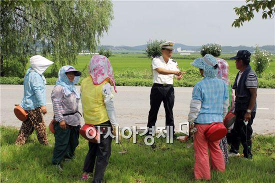 유운기 함평경찰서 교통관리계장이 노인들을 상대로 교통안전교육을 실시하고 있다.