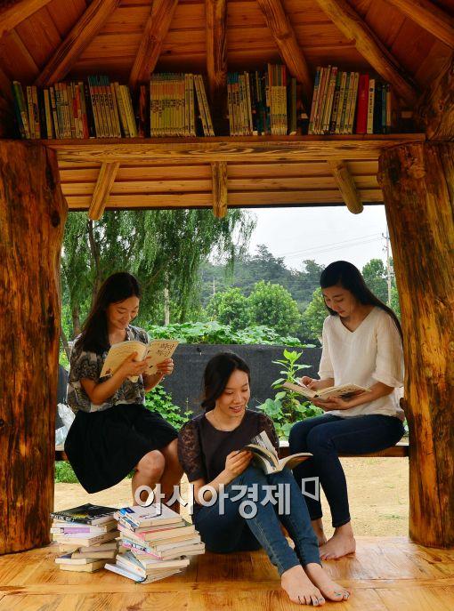 [포토]원두막에서 독서하는 시민들