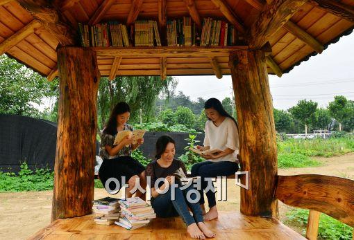 [포토]원두막에서 독서를 즐기는 시민들