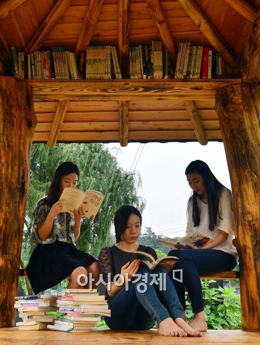[포토]원두막에서 독서 삼매경