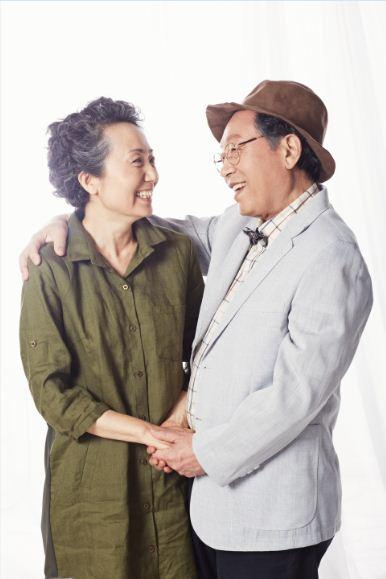 연극 '황금연못'은 미국 극작가 어니스트 톰슨의 대표작으로 할리우드 영화로도 제작됐다. 부부로 등장하는 신구와 성병숙.