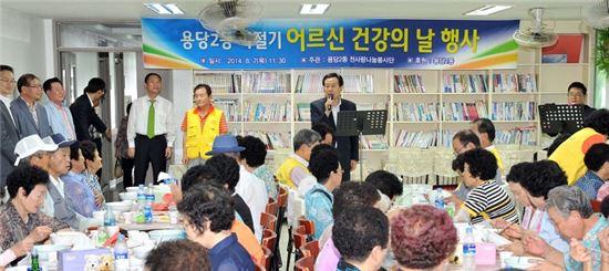 <박홍률 목포시장이 7일 용당2동 '하절기 건강의 날' 행사에서 노인들에게 인사말을 하고 있다.>