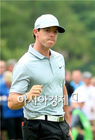 로리 매킬로이가 PGA챔피언십 둘째날 9번홀에서 버디퍼트를 성공시킨 뒤 주먹을 불끈 쥐고 있다. 루이스빌(美 켄터키주)=Getty images/멀티비츠