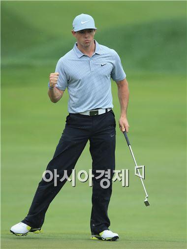 로리 매킬로이가 PGA챔피언십 둘째날 18번홀에서 이글을 잡아낸 뒤 환호하고 있다. 루이스빌(美 켄터키주)=Getty images/멀티비츠