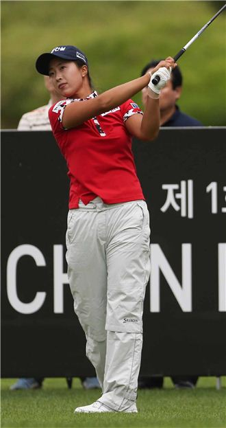 김보경이 교촌허니레이디스오픈 둘째날 10번홀에서 티 샷한 공을 바라보고 있다. 사진=KLPGA제공