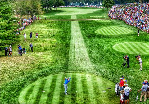 로리 매킬로이가 PGA챔피언십 셋째날 1번홀에서 티 샷을 하고 있다. 루이스빌(美 켄터키주)=Getty images/멀티비츠