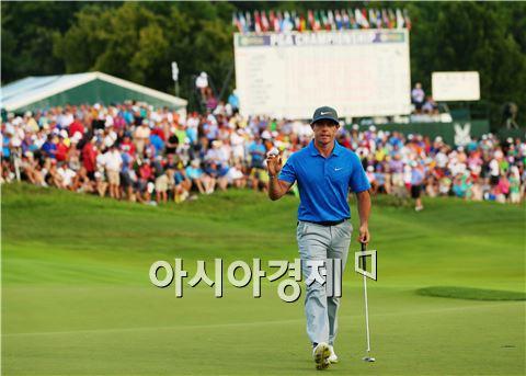 로리 매킬로이가 PGA챔피언십 셋째날 18번홀에서 버디를 잡아낸 뒤 환호하고 있다. 루이스빌(美 켄터키주)=Getty images/멀티비츠