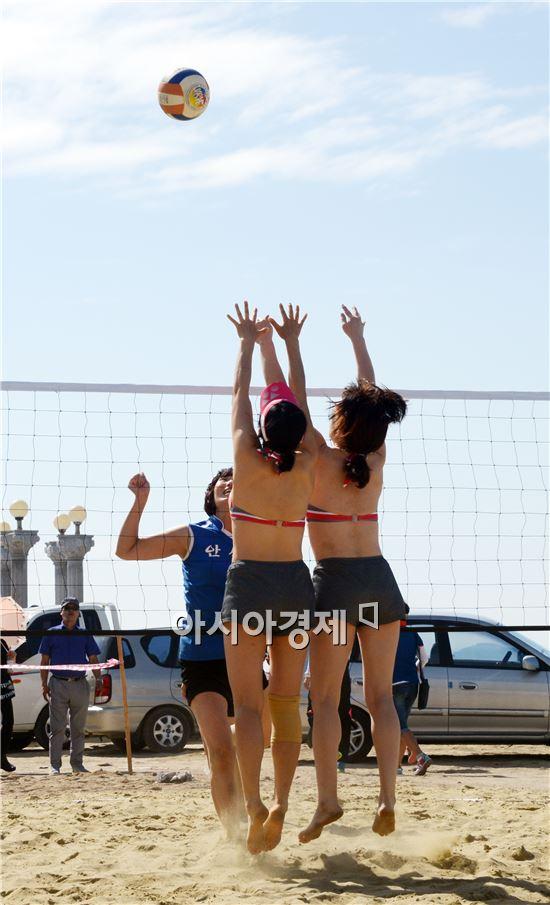 2014함평천지한우배 전국 생활체육 비치발리볼대회가 9일부터 10일까지 전남 함평군 석성리 돌머리해변에서 열렸다. 이번 대회에는 전국에서 54개 팀(남자 24, 여자30)이 참가에 뜨거운 관심을 보였다.  여자부 대회에 출전한 선수들이 블로킹을 하고있다.