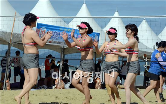 2014함평천지한우배 전국 생활체육 비치발리볼대회가 9일부터 10일까지 전남 함평군 석성리 돌머리해변에서 열렸다. 이번 대회에는 전국에서 54개 팀(남자 24, 여자30)이 참가에 뜨거운 관심을 보였다. 여자부에 출전한 선수들이 우승을 하고 하이파이브를 하고있다.
