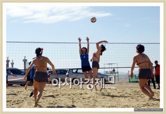2014함평천지한우배 전국 생활체육 비치발리볼대회가 9일부터 10일까지 전남 함평군 석성리 돌머리해변에서 열렸다. 이번 대회에는 전국에서 54개 팀(남자 24, 여자30)이 참가에 뜨거운 관심을 보였다.