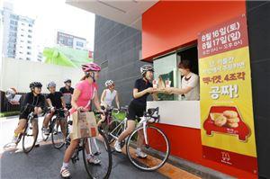 맥도날드가 오는 16∼17일 이틀 간 드라이브 스루 이용 고객에게 맥도날드의 인기 치킨 메뉴인 맥너겟을 무료로 제공하는 '드라이브 스루 데이' 행사를 펼친다.