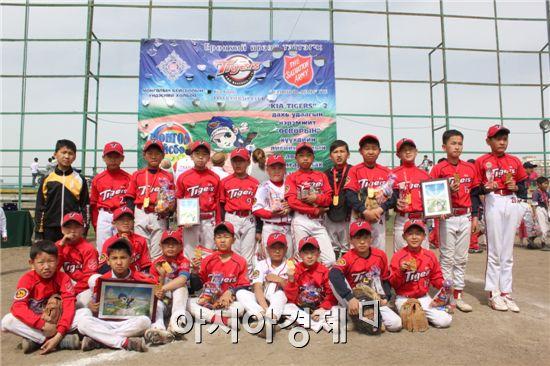 지난 6월 1일 몽골에서 열린 제2회 유소년 야구클럽 대항전에서 우승한 타이거즈 러브펀드 야구 동아리 선수들이 기념촬영을 하고 있다.