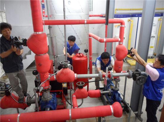 현대모비스 임직원들이 아산평안의집을 방문해 가스 설비를 살피며 안전점검을 하고 있는 모습.