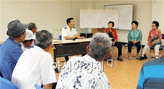 류운기 함평경찰서 교통관리계장이 어르신들을 상대로 교통안전교육을 하고있다.
