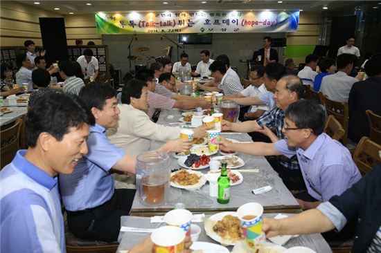 <보성군은 지난 7일 보성군청 구내식당에서 이용부 보성군수와 6급 직원이 술잔을 맞대고 흉금을 털어놓는 '톡톡 튀는 호프데이'를 열었다.>