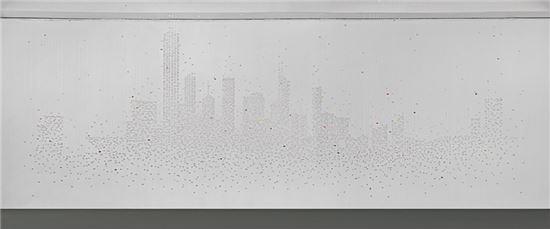 박선기 작가의 '홍콩 스카이라인'을 형상화한 비즈 설치 작품