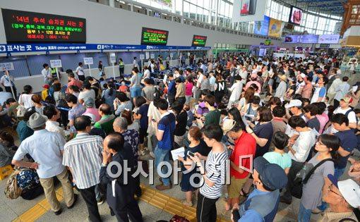 추석 기차표를 예매하기 위해 서울역에 운집한 귀성객들