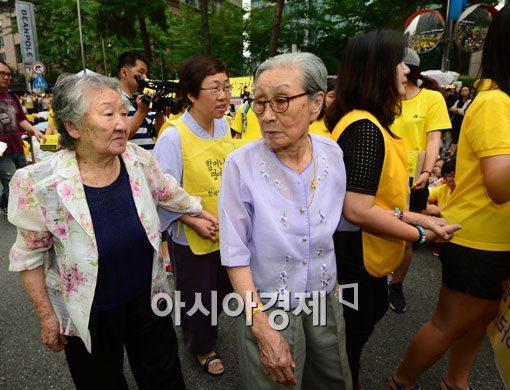 [포토]서명전달 위해 일본대사관으로 향하는 길원옥 김복동 할머니