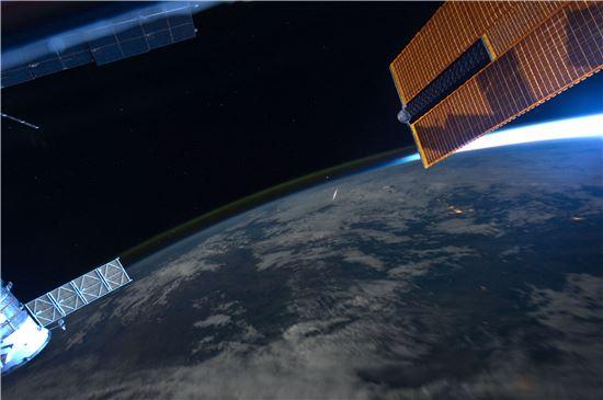 ▲국제우주정거장에서 포착된 페르세우스 유성우.[사진제공=NASA]