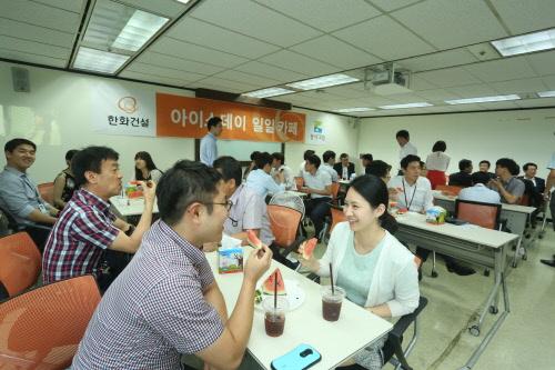 [사진설명] 한화건설 임직원들이 즐거운 직장 만들기 프로그램에 참석해 즐거운 시간을 보내고 있다.