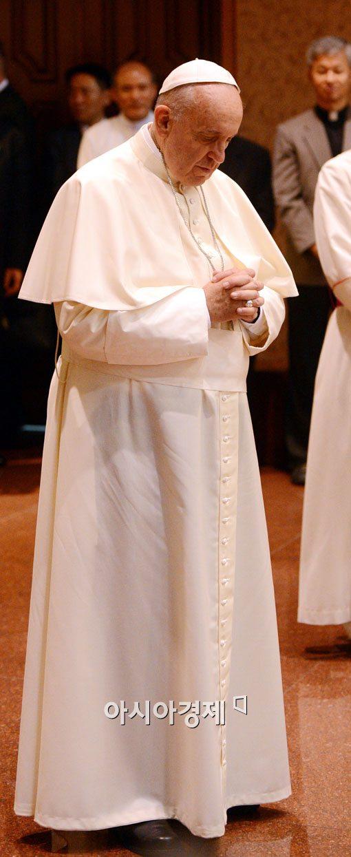기도하는 교황 프란치스코