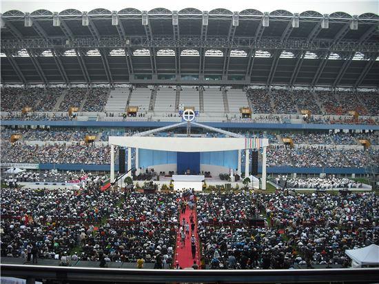 15일 오전 7시 30분께부터 미사에 참석하려는 사람들로 대전월드컵경기장 안이 빼곡히 채워지고 있다.