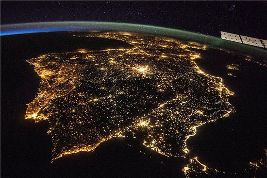 ▲우주정거장에서 촬영된 리베리아 반도의 밤. 중앙 위쪽 아주 밝게 빛나는 곳이 마드리드이다.[사진제공=NASA]