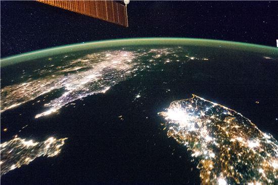 ▲남한과 북한의 밤. 남한은 '낮같은 밤'이고 북한은 '어두운 밤'을 나타난다.[사진제공=NASA]