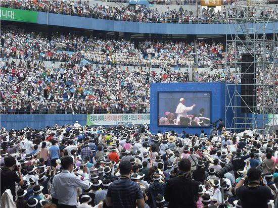 대전월드컵경기장서 열린 성모승천일축제. 이날 프란치스코 교황이 미사를 집전했다.