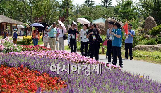 관광객들이 순천만정원을 관람하고 있다.