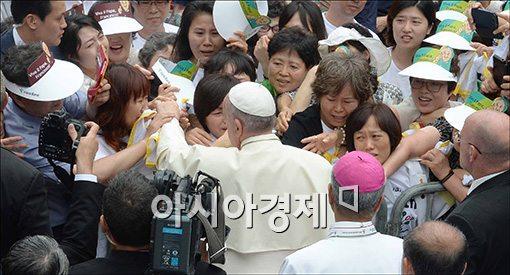 [포토]세월호 유가족 위로하는 프란치스코 교황