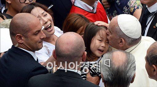 [포토]어린아이와 입맞추는 프란치스코 교황