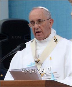 [포토]가슴에 노란리본 단 프란치스코 교황