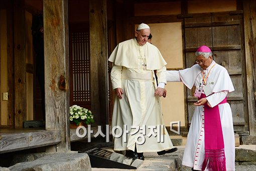 [포토]헌화하는 프란치스코 교황