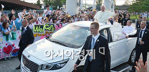 [포토]환영받는 프란치스코 교황