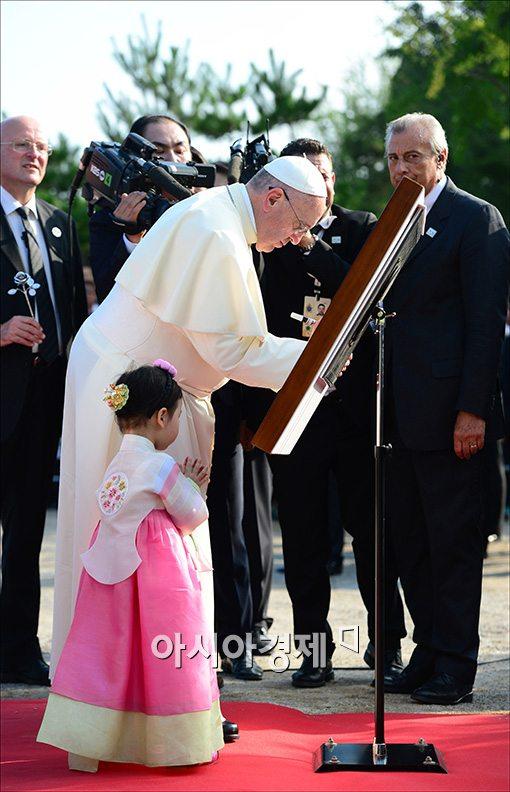 [포토]방명록 남기는 프란치스코 교황