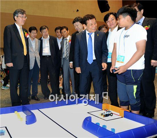 윤장현 광주시장이 15일 김대중컨벤션센터 다목적홀에서 열린 '2014 빛고을 로봇페스티벌'에 참석해 로봇경기에 참가한 어린이들이 진행하는 경기를 둘러보고 격려했다.  사진제공=광주시