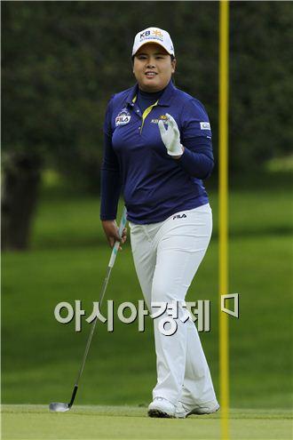 박인비가 LPGA챔피언십 둘째날 1번홀에서 칩 인 버디를 성공시킨 뒤 갤러리 환호에 손을 들어 답계하고 있다. 피츠퍼드(美 뉴욕주)=Getty images/멀티비츠