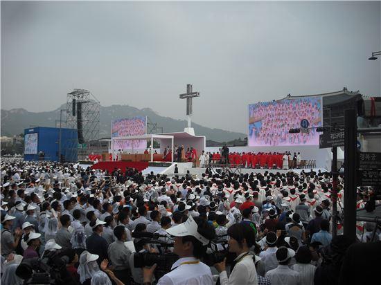16일 오전 서울 광화문 광장에서 교황이 집전하는 시복식이 열렸다.