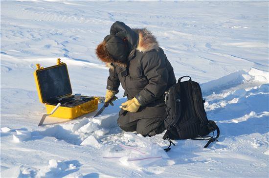 ▲연구팀이 북극의 바다얼음 위 눈의 양을 조사하고 있다.[사진제공=U.S. Army Cold Regions Research and Engineering Laboratory]