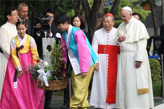 서소문성지를 찾은 교황(맨 오른쪽)
