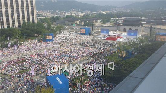 16일 서울 광화문 광장에 프란치스코 교황 시복식을 보기 위해 100만여명의 시민이 모였다.