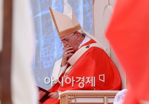 [포토]주황색 제의 입은 프란치스코 교황