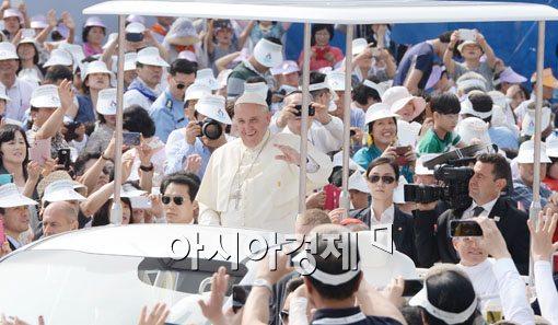 [포토]카퍼레이드하는 프란치스코 교황