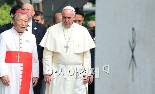 [포토]나란히 걷는 염수정 추기경-프란치스코 교황