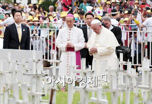 [포토]작은 십자가들 앞에서 기도하는 프란치스코 교황