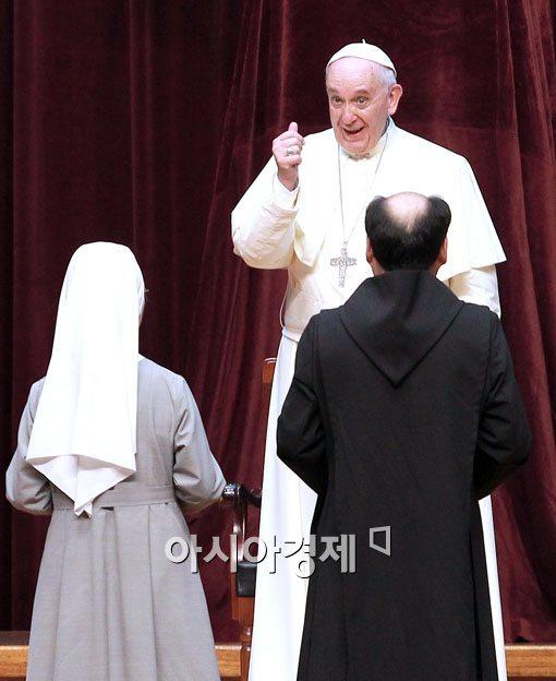 [포토]프란치스코 교황 '선물 고마워요'