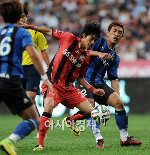 [포토]이상협-용현진,'치열한 볼다툼'